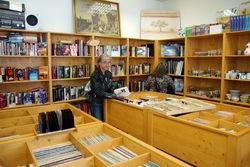 Im Sozialkaufhaus gibt es auch gebrauchte Bücher.