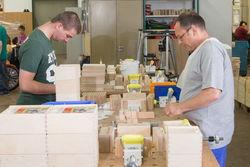 Packen von Bausteinkisten in der Holzmontage.