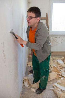 Ein Gubener Mitarbeiter bei einer Wohnungsrückrenovierung.