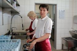 Saubermachen in der Küche des FDS.