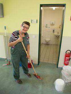 Eine Servicemitarbeiterin der Werkstatt Guben.