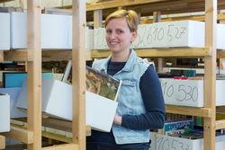 Die Bücher werden in katalogisiert und in nummerierten Kisten gelagert.