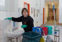 Reinigungsarbeiten im Flurbereich der Werkstatt Cottbus Mitte.