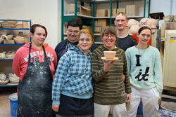 Mitarbeiter der Keramikwerkstatt.