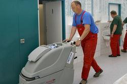 Maschinelle Reinigung des Werkstattflurs.