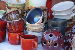 Keramik in verschiedenen Formen und Farben.