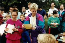 Siegerehrung beim Sportfest im Juni 1994, u.a. Monika Kläge und Marina von der Burg.