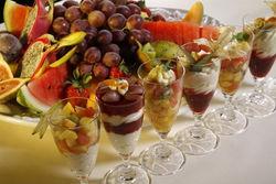 Obstplatten und Desserts.