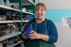 Eine Mitarbeiterin der Keramikwerkstatt am Ostrower Damm.