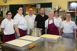 Mitarbeiten und Gruppenleiter der Feinen Küche beim Kuchenbacken.